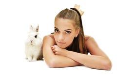 Jovem mulher bonita com seu coelho imagens de stock royalty free