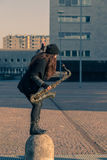 Jovem mulher bonita com seu saxofone Fotos de Stock