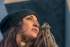 Jovem mulher bonita com seu saxofone Foto de Stock Royalty Free