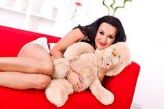 Jovem mulher bonita com seu urso de peluche Imagem de Stock