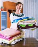 Jovem mulher bonita com toalhas coloridas Imagens de Stock