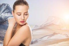 A jovem mulher bonita com toque fresco limpo da pele possui a cara Tratamento facial Cosmetologia, beleza e termas Menina no fund imagens de stock