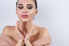 Jovem mulher bonita com toque fresco limpo da pele sua cara, close-up fotos de stock royalty free