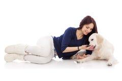Jovem mulher bonita com um cão Imagem de Stock