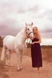Jovem mulher bonita com um cavalo Fotos de Stock Royalty Free