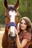 Jovem mulher bonita com um cavalo imagens de stock