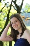 Jovem mulher bonita com um sorriso bonito em um vestido à moda do verão imagem de stock royalty free