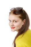 Jovem mulher bonita com uma camiseta amarela no fundo branco Imagem de Stock Royalty Free