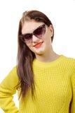 Jovem mulher bonita com uma camiseta amarela no fundo branco imagens de stock