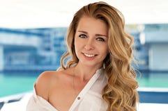 Jovem mulher bonita com uma cara feliz Imagens de Stock Royalty Free