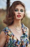 A jovem mulher bonita com verão brilhante compõe a vista veio Imagem de Stock Royalty Free