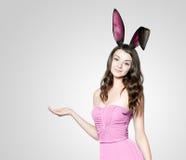 Jovem mulher bonita como o coelhinho da Páscoa fotografia de stock royalty free