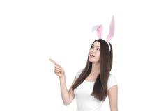 Jovem mulher bonita como o coelhinho da Páscoa imagens de stock