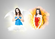 Jovem mulher bonita como o diabo e o anjo imagens de stock