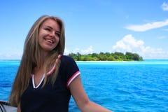 A jovem mulher bonita contra a ilha tropical Fotografia de Stock Royalty Free
