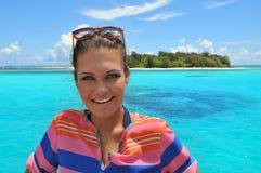 A jovem mulher bonita contra a ilha tropical Imagens de Stock Royalty Free