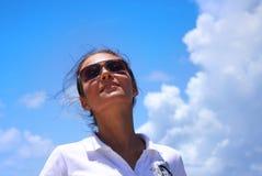 A jovem mulher bonita contra o céu tropical Fotos de Stock Royalty Free