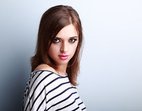 A jovem mulher bonita da composição com batom cor-de-rosa e o coquete olham Imagem de Stock