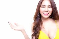 Jovem mulher bonita de encantamento que mostra seu produto favorito, sutiã foto de stock royalty free