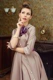 Jovem mulher bonita de Pin Up no interior do vintage Imagens de Stock Royalty Free