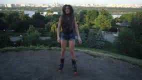 Jovem mulher bonita de salto das sapatas dos saltos do angoo que faz exercícios na plataforma de observação na cidade 4K mo lento vídeos de arquivo
