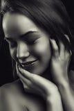 Jovem mulher bonita de sorriso do retrato do encanto no branco preto fotos de stock royalty free