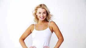 Jovem mulher bonita de sorriso feliz na parte superior branca video estoque
