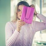 A jovem mulher bonita dentro está verificando seu corte de cabelo em um espelho Fotos de Stock