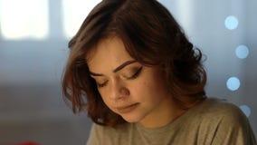 Jovem mulher bonita deprimida triste que grita no quarto em casa filme