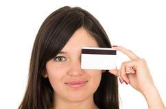 Jovem mulher bonita do close up que guarda o cartão de crédito Foto de Stock Royalty Free