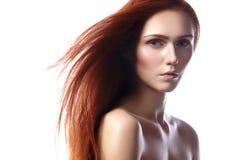 Jovem mulher bonita do gengibre com composição do cabelo e do naturel do voo Retrato da beleza do modelo 'sexy' com cabelo vermel Foto de Stock Royalty Free