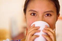 Jovem mulher bonita do Headshot que veste a blusa andina tradicional, café bebendo da caneca branca Imagens de Stock Royalty Free