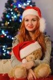 Jovem mulher bonita durante feriados do Natal fotografia de stock