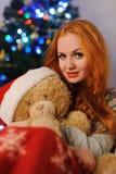 Jovem mulher bonita durante feriados do Natal imagens de stock