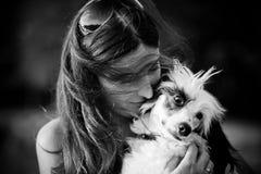 Jovem mulher bonita e seu cão com crista chinês fora fotos de stock royalty free