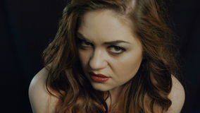 Jovem mulher bonita em mostras pretas de um fundo video estoque