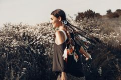 Jovem mulher bonita em um campo Conceito saudável do estilo de vida Fotos de Stock Royalty Free