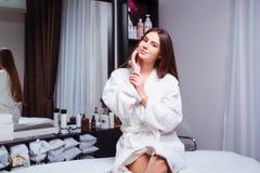 Jovem mulher bonita em um salão de beleza moderno que mostra sua pele clara fotos de stock royalty free