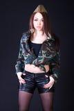 Jovem mulher bonita em um uniforme militar soviético Fotos de Stock Royalty Free