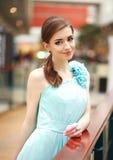 Jovem mulher bonita em um vestido azul longo interno Fotos de Stock Royalty Free