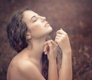 Jovem mulher bonita em um vestido branco longo com cabelo ondulado longo, Imagem de Stock Royalty Free