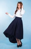 Jovem mulher bonita em uma saia azul longa fotografia de stock royalty free