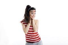 A jovem mulher bonita escuta a música e dança fotos de stock