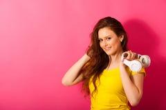 A jovem mulher bonita escuta a música sobre o CCB vibrante da cor imagens de stock royalty free