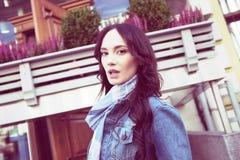 A jovem mulher bonita está andando Imagem de Stock