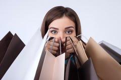 A jovem mulher bonita está comprando com divertimento Fotografia de Stock
