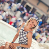 A jovem mulher bonita está levantando por Fontana di Trevi Fotografia de Stock Royalty Free