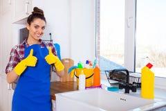 A jovem mulher bonita faz a limpeza da casa Ki da limpeza da menina fotos de stock royalty free