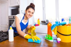 A jovem mulher bonita faz a limpeza da casa Ki da limpeza da menina fotografia de stock royalty free