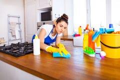 A jovem mulher bonita faz a limpeza da casa Ki da limpeza da menina fotos de stock